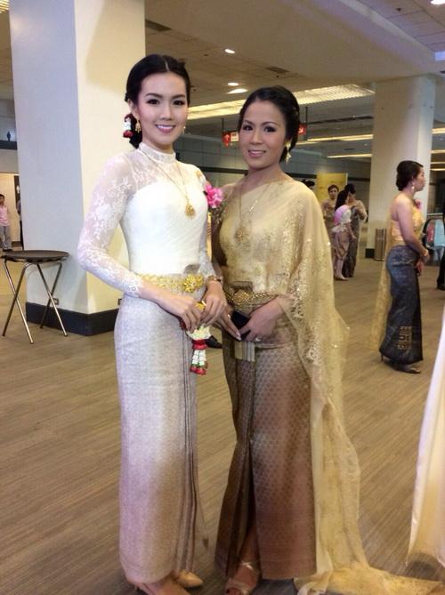 รูปชุดไทยแขนยาว สีขาว