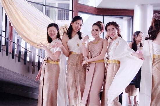 ชุดไทยดุสิต สีทอง