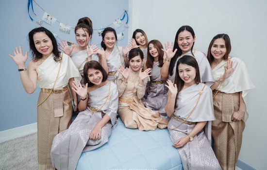 ชุดไทยประยุกต์สีทอง
